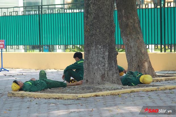 Nhóm công nhân ngủ vạ vật ngay trên hè phố.