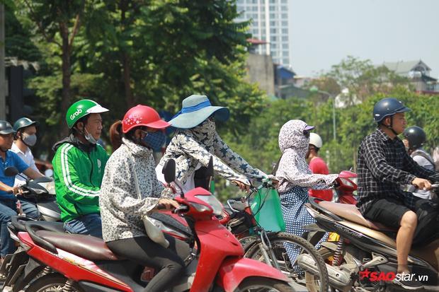 Dù là nam hay nữ thì khi ra đường những ngày này, hầu hết mọi người đều phải trang bị mũ áo cẩn thận.