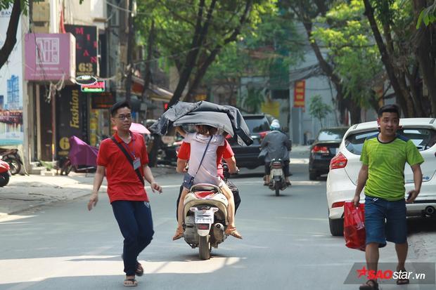 Một số bạn vi phạm luật giao thông, không đội mũ bảo hiểm để che áo chống nóng.