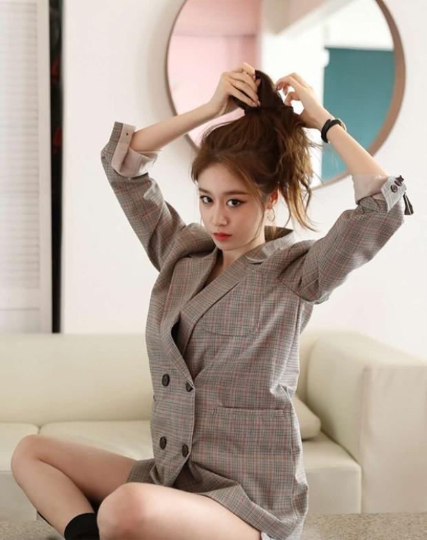 Nữ thần tượng còn đến thăm trụ sở của Tianhong để chủ động thảo luận về hướng đi trong tương lai. Riêng Longzhen cũng đang lên kế hoạch hỗ trợ tốt nhất cho các hoạt động khác nhau của Jiyeon. Họ sẽ chịu trách nhiệm quản lý về âm nhạc, phim ảnh, các buổi diễn, show, quảng cáo và nhiều hơn nữa.