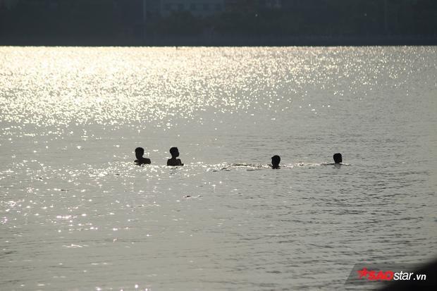 Khoảng 17-18h chiều, rất đông người đi tắm mát ở hồ Tây.