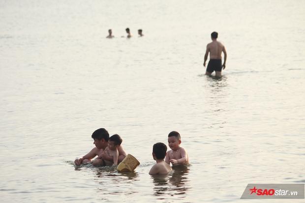 …Nhiều ông bố trẻ đem theo cả con nhỏ ra hồ để dạy bơi.