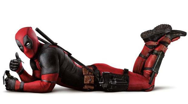 Đã bao giờ bạn nhìn thấy 1 nhân vật trong phim đi chúc mừng doanh thu thắng lớn của Avengers, tự kể chuyện mình đòi vào team nhưng bị Iron Man từ chối hay viết tâm thư khuyến cáo khán giả đừng spoil phim điện ảnh,… Không ai khác, đó chính là Deadpool.