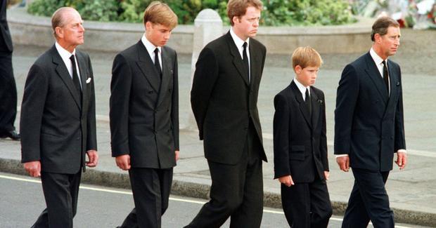 Hình ảnh hai Harry và anh trai Willam bước đi saulinh cữu của mẹ trong lễ tang là một trong những bức ảnh nghẹn ngào nhất vào ngày hômđó.