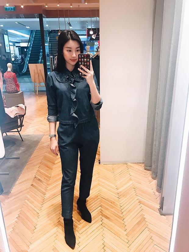 Diện đồ jeans cá tính nhưng trang phục của Đỗ Mỹ Linh không thể thiếu chi tiết cổ sen kết hợp bèo nhún quá đỗi sến.