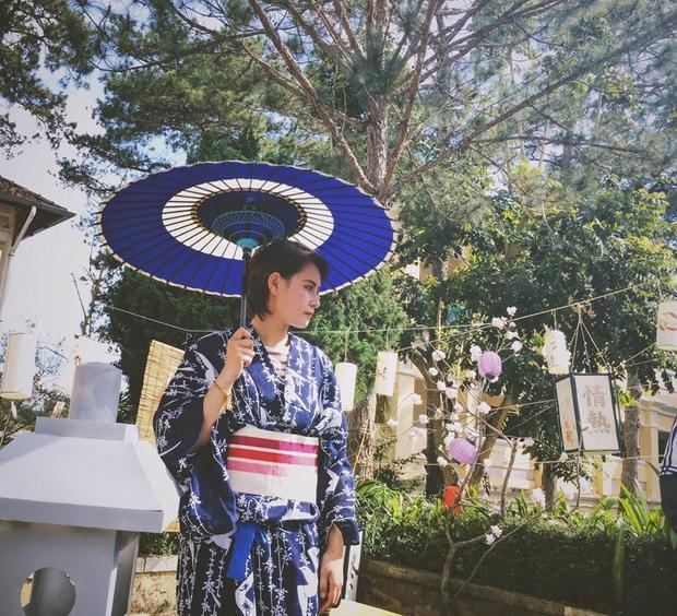 Thảo Nguyên trong trang phục Kimono chụp tại Ngày hội văn hóa Việt - Nhật ở trường.