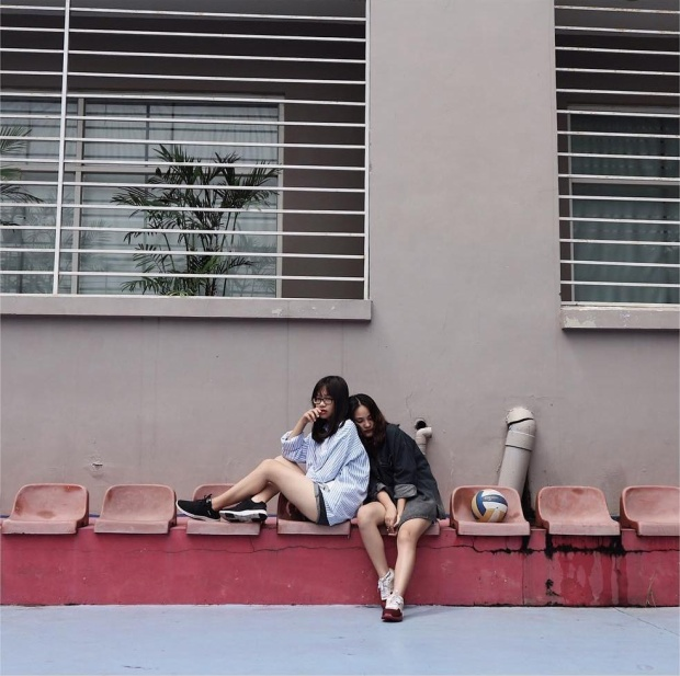 Sân bóng rổ và sân tenis cũng là bối cảnh rất quen trong những bức ảnh của các bạn sinh viên ở đây.