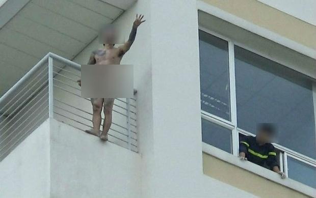 Thanh niên đứng ngoài lan can của lầu 10 bệnh viện Đa khoa Đồng Nai. Ảnh: VH.