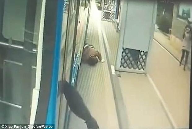 Do mất thăng bằng vì xe chạy đột ngột, ông lão ngã ra sau và bị bánh xe chèn lên một bên chân.