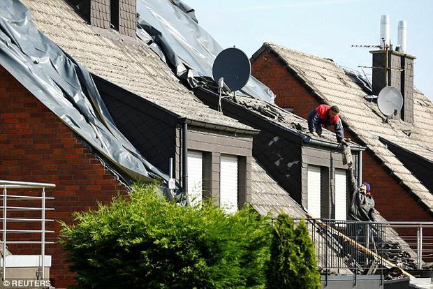 Hàng chục ngôi nhà bị tốc mái.