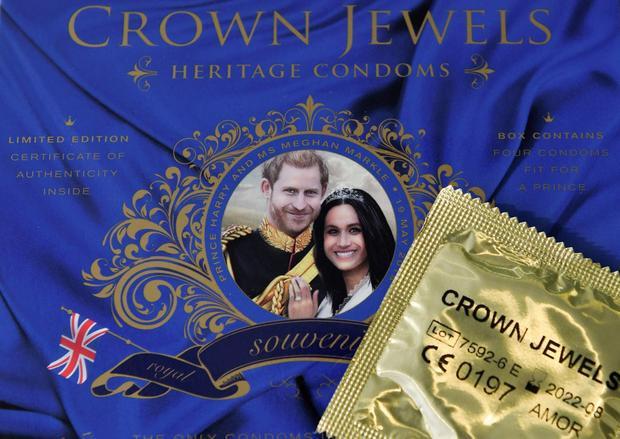 """Dành cho những cặp tình nhân cùng hâm mộ cặp đôi hoàng gia, sản phẩm bao cao su này chắc chắn sẽ là lựa chọn tối ưu. Mẫu bao cao su này được đặt trong một hộp quà, bên ngoài in hình hoàng tử và công nương tương lai, kèm dòng chữ: """"Your prince will come"""" (Chàng hoàng tử của bạn sẽ đến thôi). Dùng hết sản phẩm thì có thể giữ lại hộp đựng làm kỷ niệm."""
