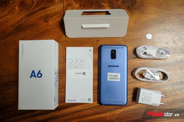 Đi kèm Galaxy A6 là củ sạc, cáp micro USB, tai nghe cùng sách hướng dẫn và que SIM.