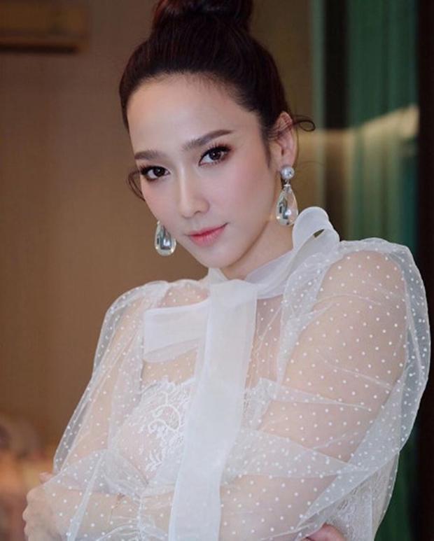 Đẳng cấp Nữ hoàng giải trí' Thái: 4 năm mới đóng 1 phim vẫn hot, khoe hình đi chơi cũng được triệu like