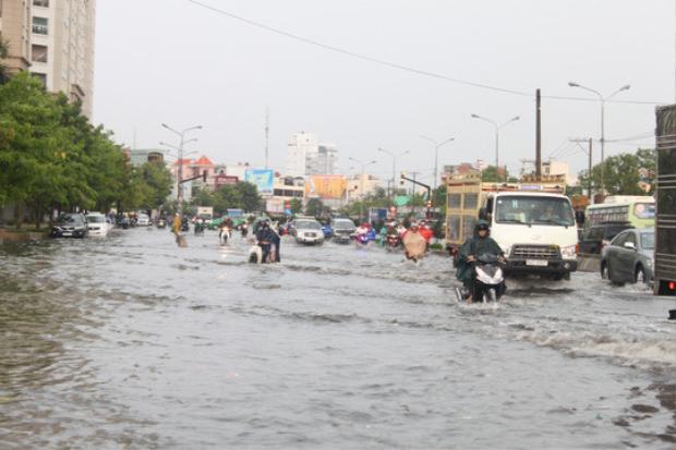 Đường Nguyễn Hữu Cảnh (quận Bình Thạnh, TP.HCM) thành sông khi có mưa lớn kết hợp triều cường.