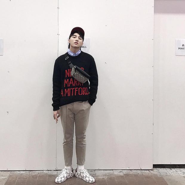 Sơn Tùng tiếp tục khiến fan thích thú khi khoe street style cực chất với cả cây Gucci khi dạo chơi tại Hong Kong.