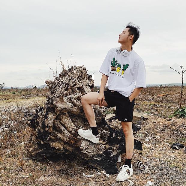 Quần short cùng áo phông họa tiết, giày sneaker là cách Thanh Duy Idol tận hưởng chuyến dã ngoại của mình.