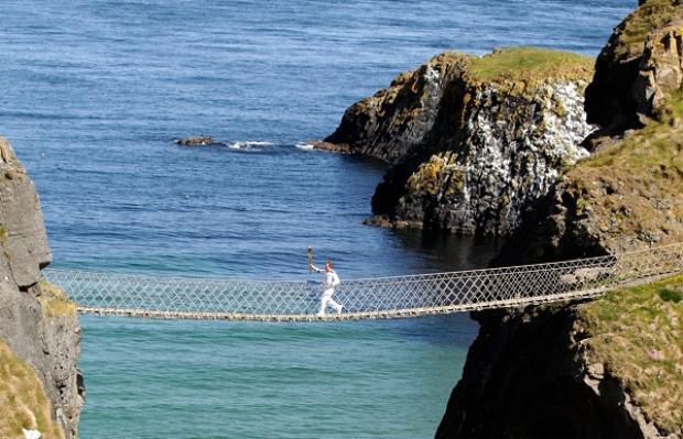 Carick-a-Rede Bride là cầu bện dây thừng nằm ở Ballintoy, County Antrim, thuộc Bắc Ailen cũng có mặt trong danh sách những cây cầu nguy hiểm nhất thế giới bởi cấu tạo đặc biệt của nó. Chiếc cầu treo này nối liền đất liền với các đảo nhỏ ở Carrick nhưng với hình dáng vô cùng mỏng manh nên nó chỉ được dùng cho người đi bộ và vật nuôi qua lại chứ không dành cho bất cứ phương tiện nào khác.