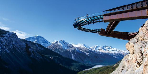 Glacier Bride nằm phía trên thung lũng Sunwapta xinh đẹp ở công viên quốc gia Jasper. Với độ cao 280 m so với mặt đất, nó là một điểm du lịch thu hút đông đảo khách tham quan. Nằm bên rìa một vách núi, cầu kính Glacier cung cấp cho khách tham quan một cái nhìn toàn cảnh về khung cảnh hùng vĩ của thiên nhiên. Đặc biệt là khi mùa đông đến, tuyết rơi trắng xóa trên các đỉnh núi, du khách sẽ được chiêm ngưỡng phong cảnh tuyệt đẹp tại nơi này.