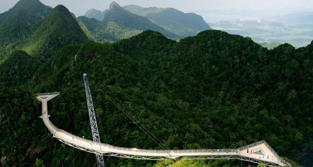 LangkawiSky Bride ở Malaysia trông giống như một cây cầu bắc lên trời. Cây cầu được hoàn thành vào tháng 10/2004 với chiều dài là 121,92 m, rộng 1,83 m, nằm trên độ cao gần 700 m so với mực nước biển. Cây cầu này bắc qua những ngọn núi và có thiết kế vòng cung. Do độ cao cũng như những nhịp cầu sẽ khiến bạn có những cảm giác liên tiếp sợ hãi khi đến đây.