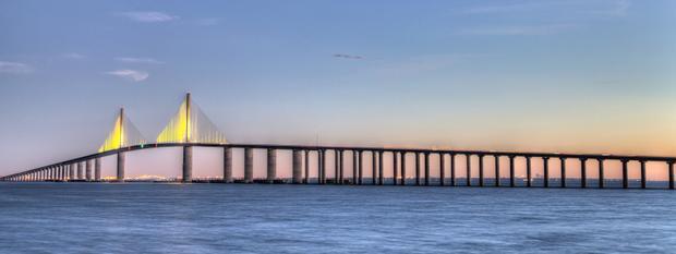 Sunshine Skyway Bridge là cây cầu vượt qua vịnh Tampa ở Florida. Cây cầu bao gồm chiều dài 4,1 dặm. Việc xây dựng cây cầu kéo dài từ năm 1982 đến năm 1987 để thay thế cây cầu cũ. Dù bạn băng qua cây cầu bằng cách đi bộ hay đi xe đạp, thì đó chắc chắn đều là chuyến trải nghiệm vô cùng thú vị.
