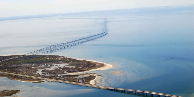 The Chesapeake Bay Bridge còn được gọi là cầu Vịnh hoặc William Preston Lane. Cây cầu đi qua vịnh Chesapeake và chỉ mở cửa cho xe ô tô với hai làn xe mỗi chiều và một làn đảo ngược. Cây cầu được khánh thành vào năm 1952 có chiều dài 4,3 dặm và là một kết cấu thép dài nhất trên thế giới, chạy liên tục trên mặt nước. Không chỉ thu hút du khách với vẻ đẹp duyên dáng, mà chiếc cầu còn trở thành một tầm ngắm tuyệt vời.