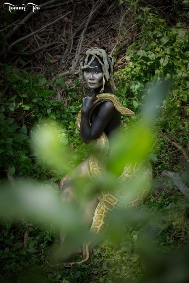 """Một trong những hình ảnh của người mẫuVõ Thị Thu Hoa (nghệ danh Danna) trong bộ ảnh""""Nữ thần Rắn"""" do nhiếp ảnh gia Đặng Thanh Tùng cùng ekip thực hiện."""