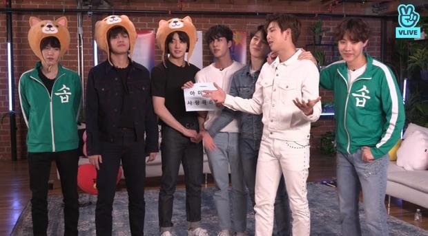 Và cuối cùng, RM kết lại buổi live với một lời cảm ơn, lời tạm biệt chuẩn tiếng Anh. Chỉ còn 1 tiếng nữa thôi, BTS sẽ chính thức comeback. Hãy cùng chờ đợi xem các chàng trai sẽ tạo bão khủng thế nào nhé!