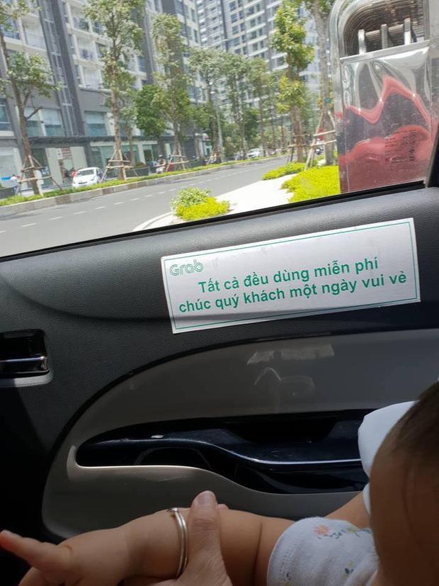 Tài xế dán thông báo tất cả đồ ăn trên xe, khách đều được sử dụng free.