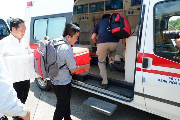 Trái tim từ Hà Nội được khẩn cấp đưa từ sân bay vào Bệnh viện trung ương Huế.