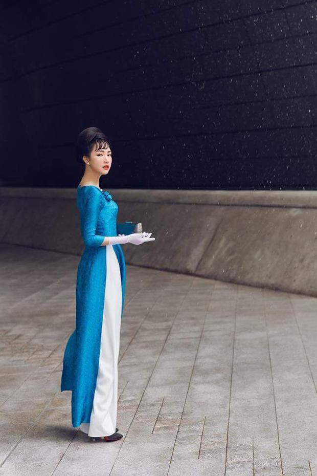 Giữa tiết trời lạnh của Seoul, Ngọc Trân trông thật quý phái, kiêu kỳ trong tà áo dài xanh.