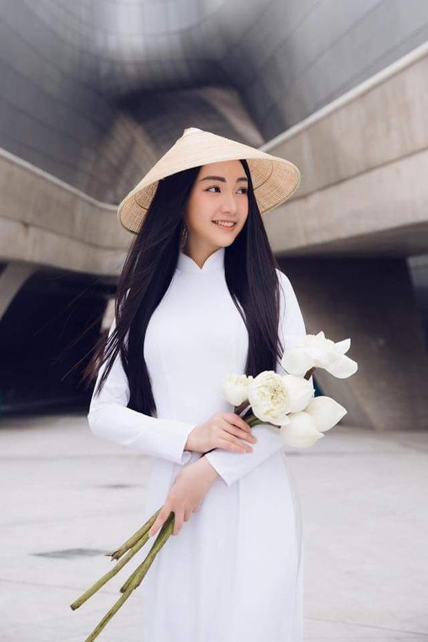 Người đẹp khoe vẻ đẹp thuần Việt với mái tóc dài kết hợp với nón lá và hoa sen.
