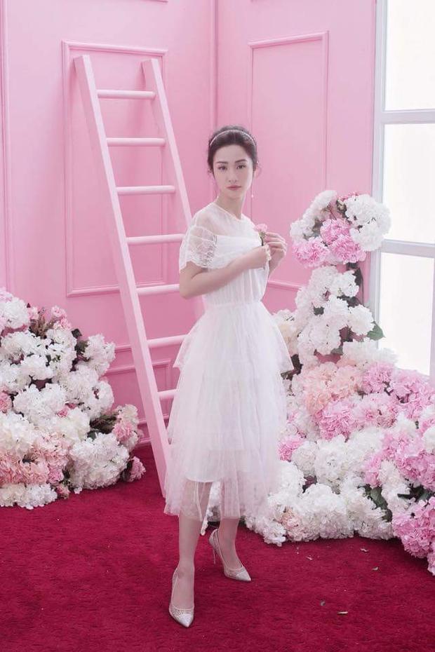 Nắm bắt được vẻ đẹp của nữ diễn viên, anh chọn cho cô những chiếc váy mong manh, nhẹ nhàng.