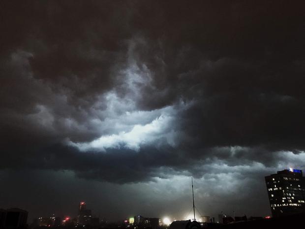 Chỉ trong chốc lát, Hà Nội bỗng tối sầm vì mây đen. Ảnh: Nguyễn Minh Phúc.
