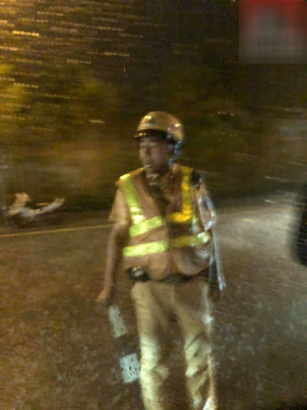 Một chiến sĩ cảnh sát giao thông đang làm nhiệm vụ điều phối giao thông giữa trời mưa. Ảnh: Hóng.