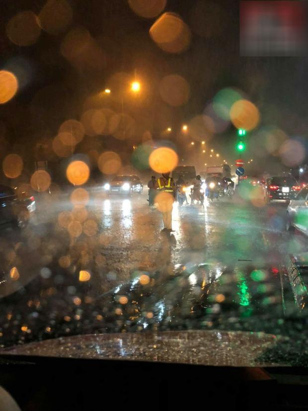 Sau trận mây đen kéo đến, cơn mưa nặng hạt đã trút xuống. Ảnh: Hóng.