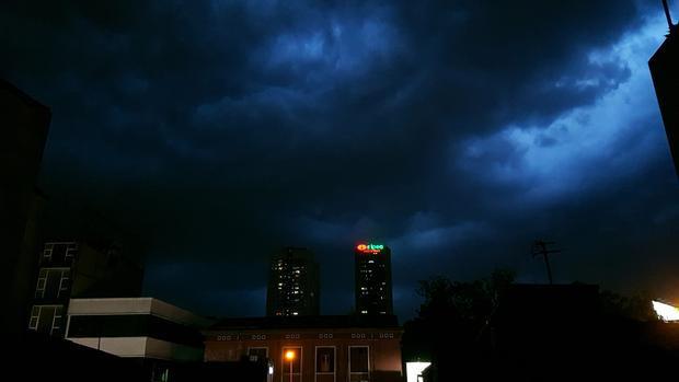 Ban ngày Hà Nội vẫn nắng gắt, tuy nhiên, đến chiều tối, bất ngờ mây đen giăng lối. Ảnh: Nguyễn Minh Sang.