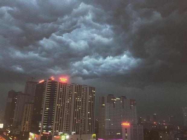 Mây đen kéo đến đen kịt khắp bầu trời. Ảnh: Nguyễn Thị Ngọc Lan