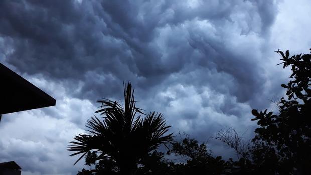 Nơi nào cũng được mây đen phủ kín. Ảnh: Thùy Dương.