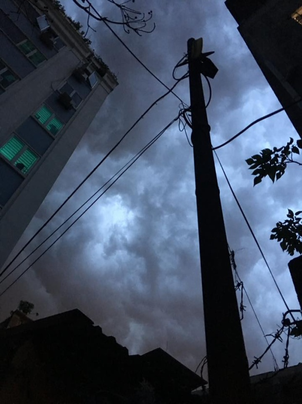 Mây giăng trên đầu những tòa nhà cao tầng. Ảnh: Ngô Thị Thùy Linh.