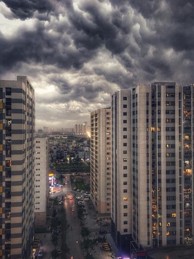 Tất cả các ngóc ngách, đường phố Hà Nội đều bị mây đen phủ kín. Ảnh: Phạm Ngọc Tuấn.