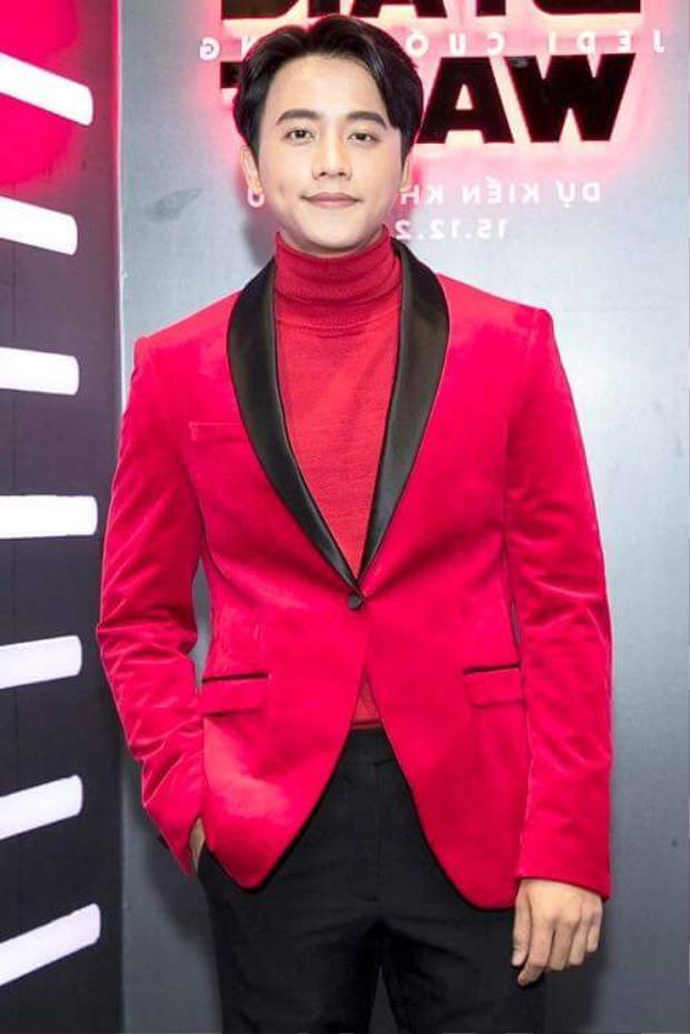 Gam màu đỏ nổi bật tưởng chừng không hợp với vẻ ngoài của anh. Nhưng khi mix cùng áo cổ lọ lại tạo nên hình ảnh hoàn toàn mới.