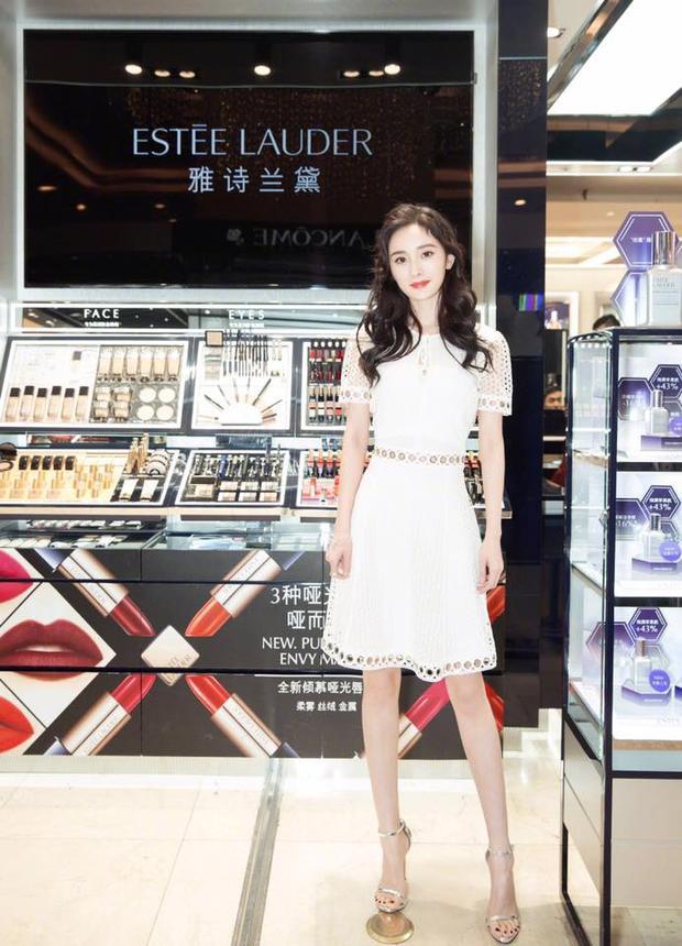 Có lẽ trong tủ đồ đi sự kiện của Dương Mịch, những chiếc váy màu trắng chiếm đa số.
