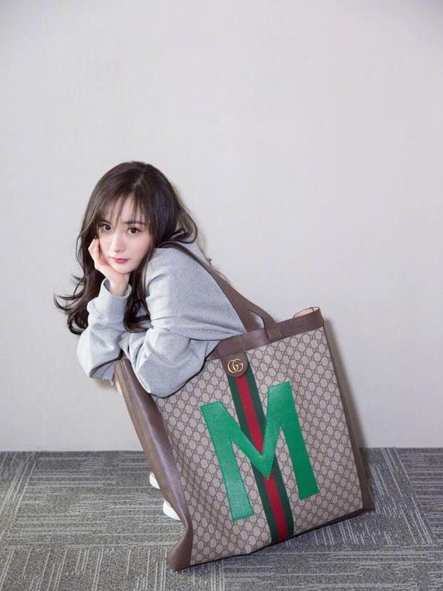 Diện chiếc áo oversize siêu rộng, Dương Mịch sử dụng thêm chiếc túi Gucci khổ lớn, phụ kiện tất và giầy khá hợp mắt.