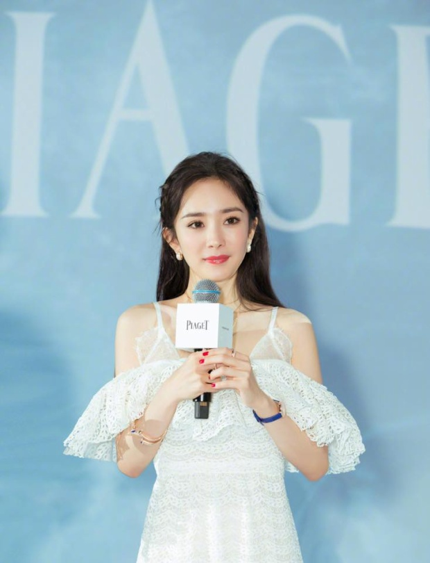 Dương Mịch khá nhiều lần diện đầm trắng đi sự kiện. Chiếc đầm trễ vai này đã được các fan hâm mộ của cô nàng ca ngợi hết lời vì vẻ kiêu sa, đài các.