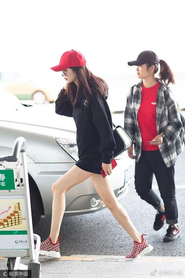 Áo hoodie dáng rộng có vẻ như là người bạn thân thiết của cô nàng trong các chuyến bay bởi nó vừa tiện dụng lại giúp khoe chân triệt để.
