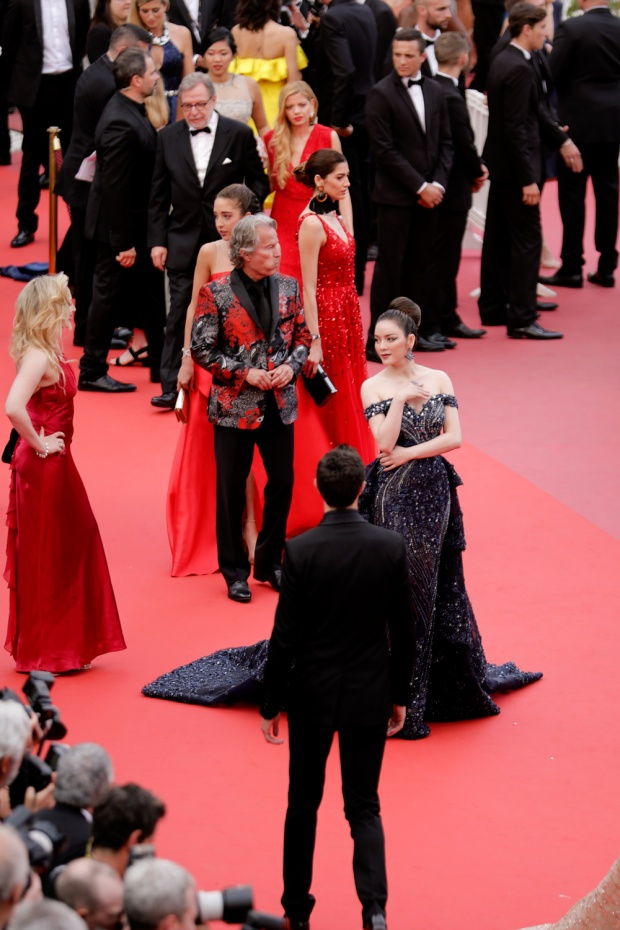 Lý Nhã Kỳ diện váy khoe vai trần lưng nuột, càn quét thảm đỏ Cannes ngày áp cuối