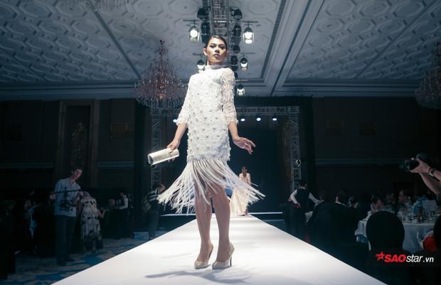 Từ biểu cảm khuôn mặt, cử chỉ tay, chân, pose dáng đều không thua một người mẫu nữ chuyên nghiệp nào.