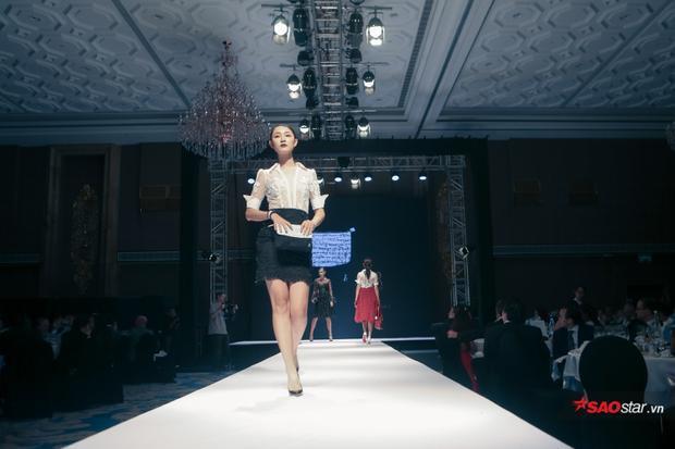 Show diễn còn giới thiệu các thiết kế công sở, được tạo hình từ những chất liệu xuyên thấu, đem lại sự mới mẻ cho người mặc.