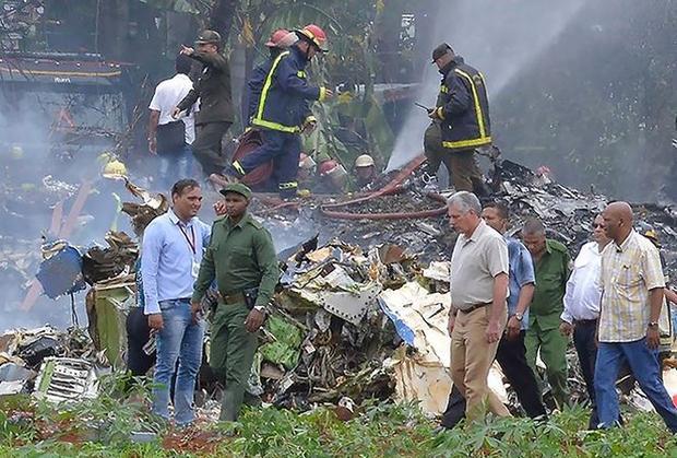 Chủ tịch Cuba Miguel Diaz-Canel (thứ 2, phải, phía trước) thị sát tình hình tại hiện trường máy bay rơi và chỉ đạo công tác cứu nạn.