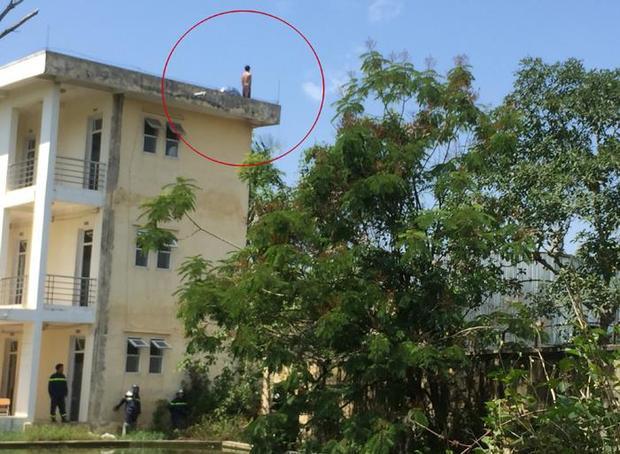 Hình ảnh nam thanh niên định nhảy từ tầng 3 xuống đất tự tử.